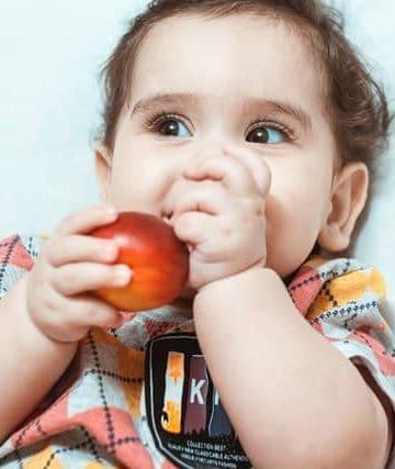 kid-eating-apple