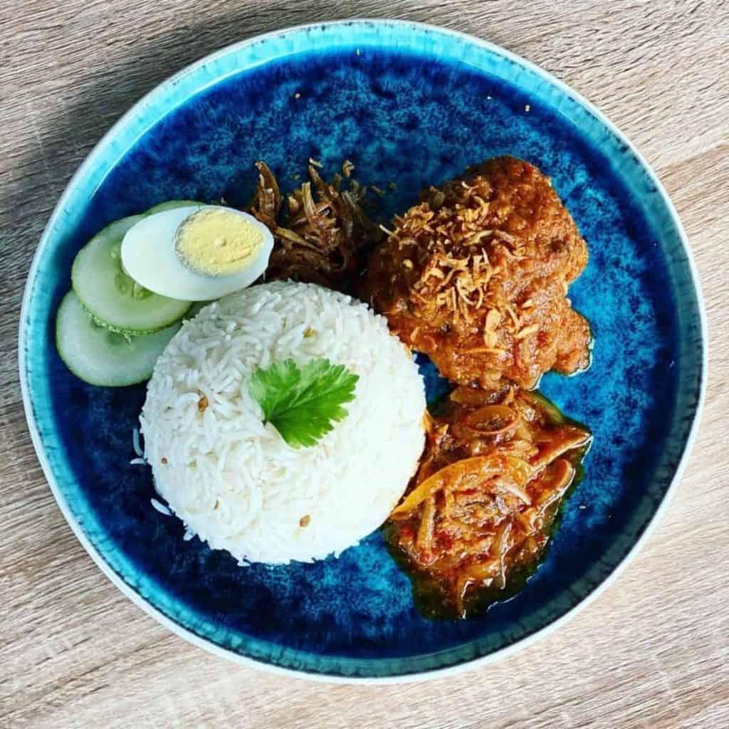 Ayam masak merah dihidang bersama nasi, telur rebus dan ikan bilis goreng
