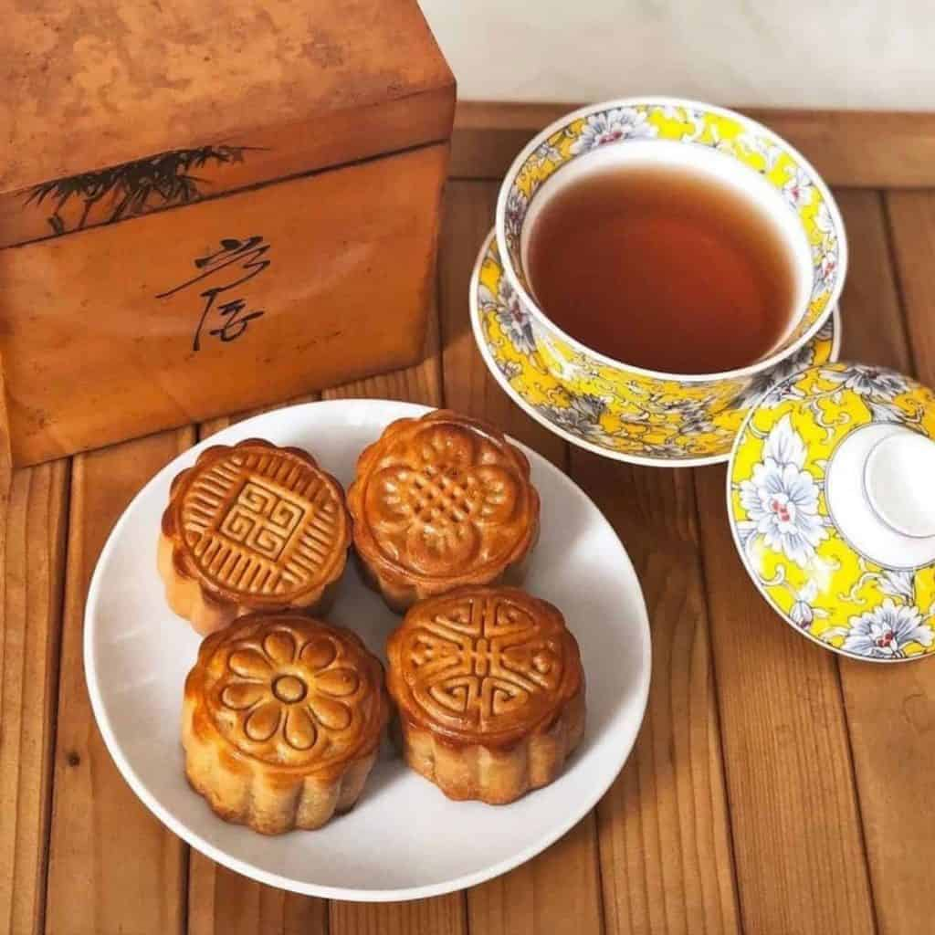 Hui You process will make the mooncake have a golden brown shiny exterior