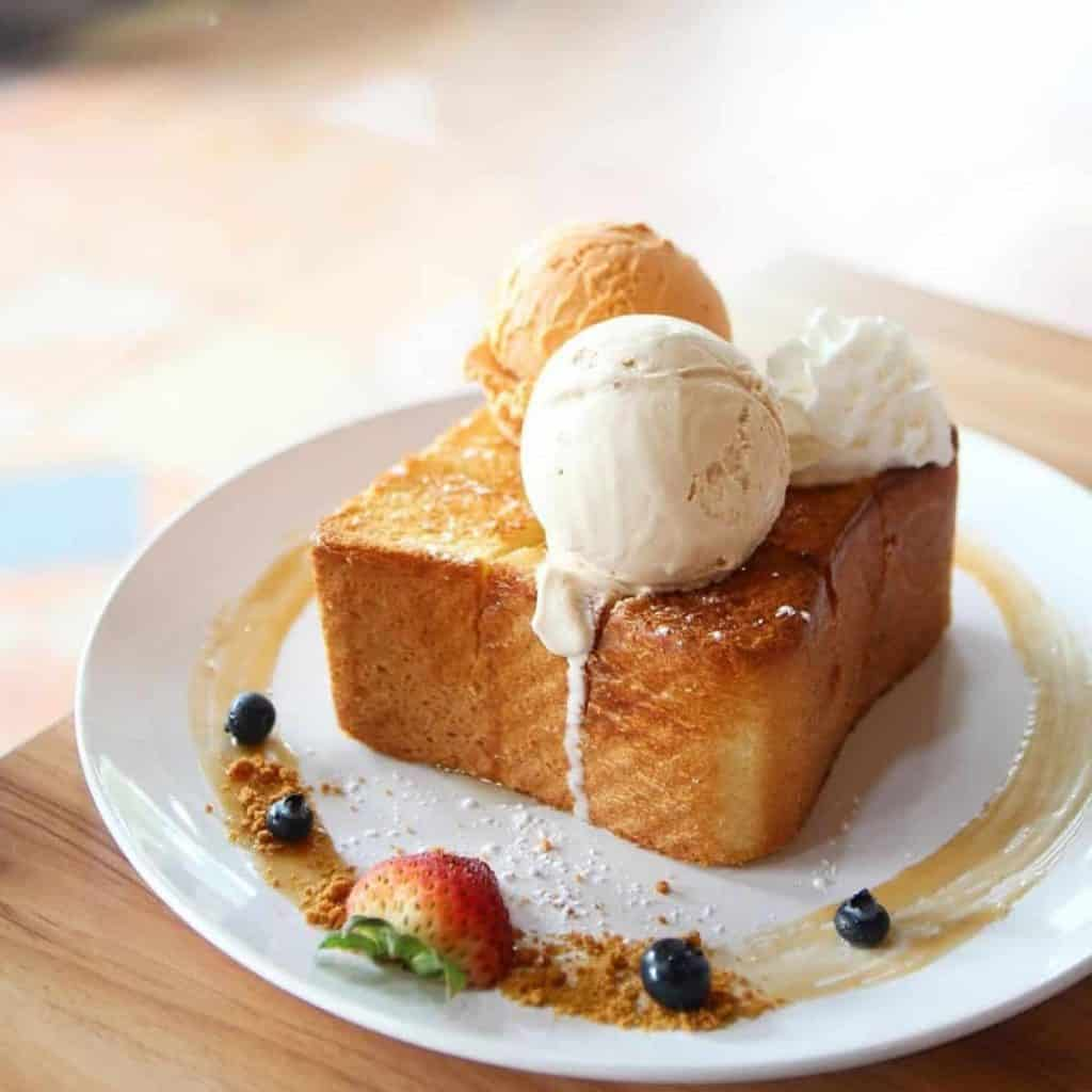 Simple honey toast with two types of ice cream